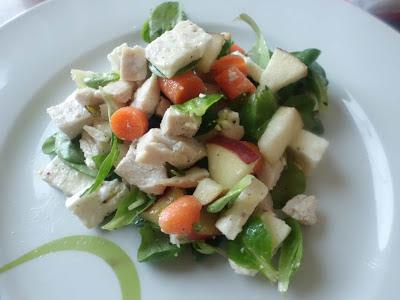 Insalata di valeriana con pollo, mela, carota e feta