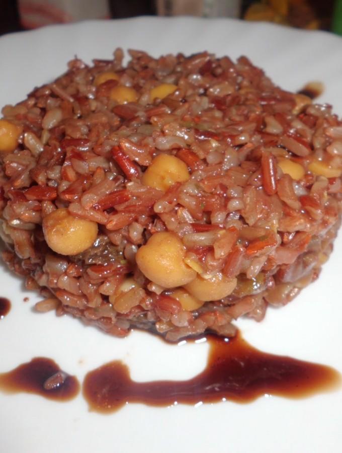 Riso rosso thai con ceci e uvetta