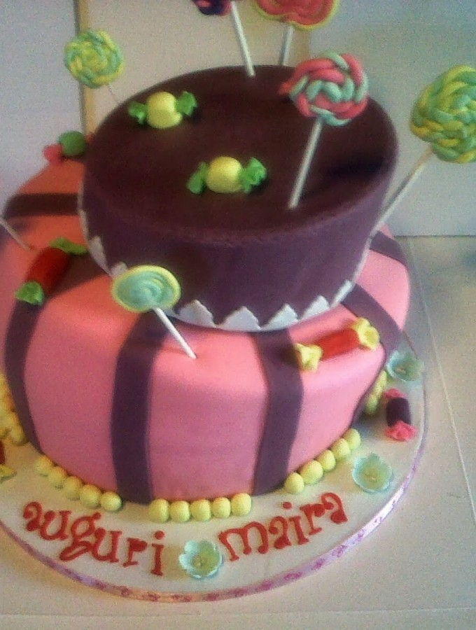 Wonky cake with candy and lollipop – Auguri Maira!