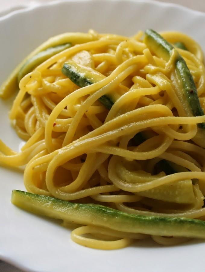 Spaghetti con crema di avocado zucchine e zafferano