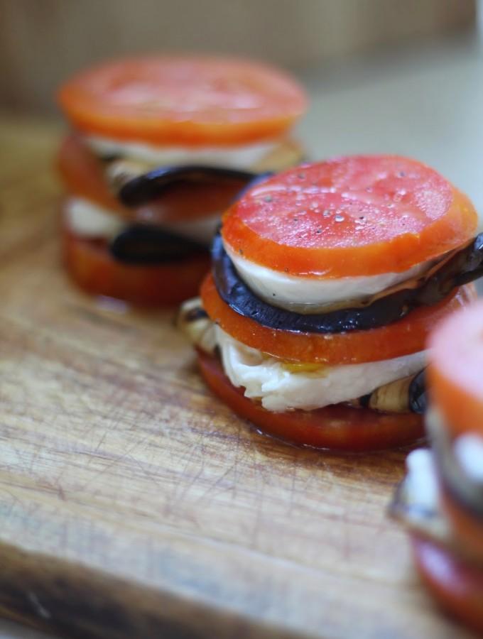 Millefoglie di pomodori freschi con melanzane e mozzarella