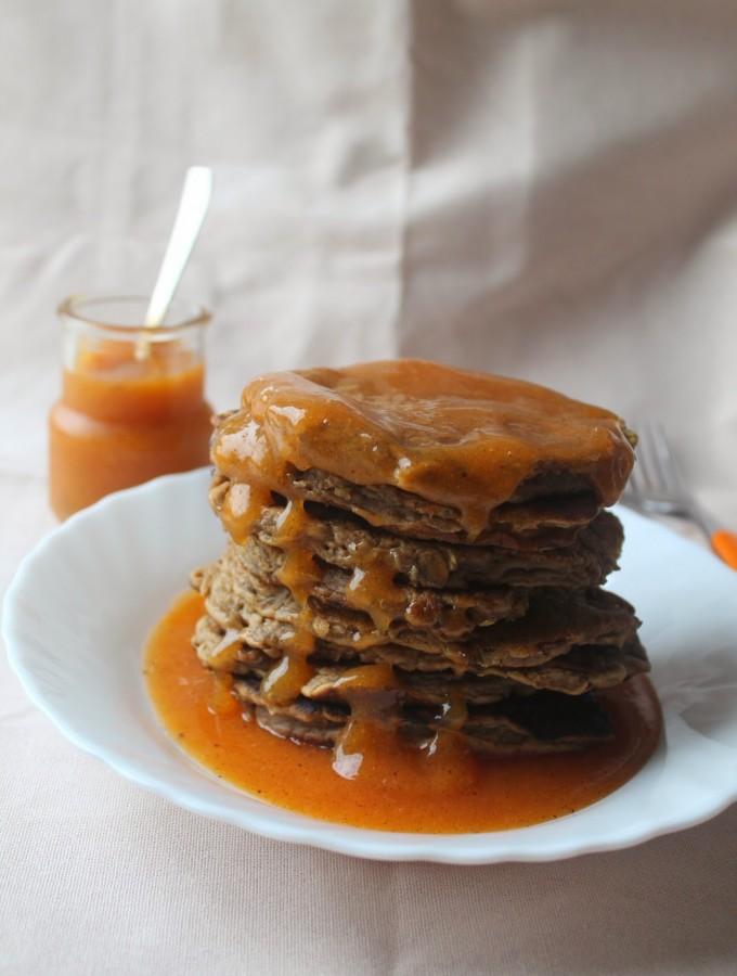 Pancakes integrali con salsa di cachi e vaniglia