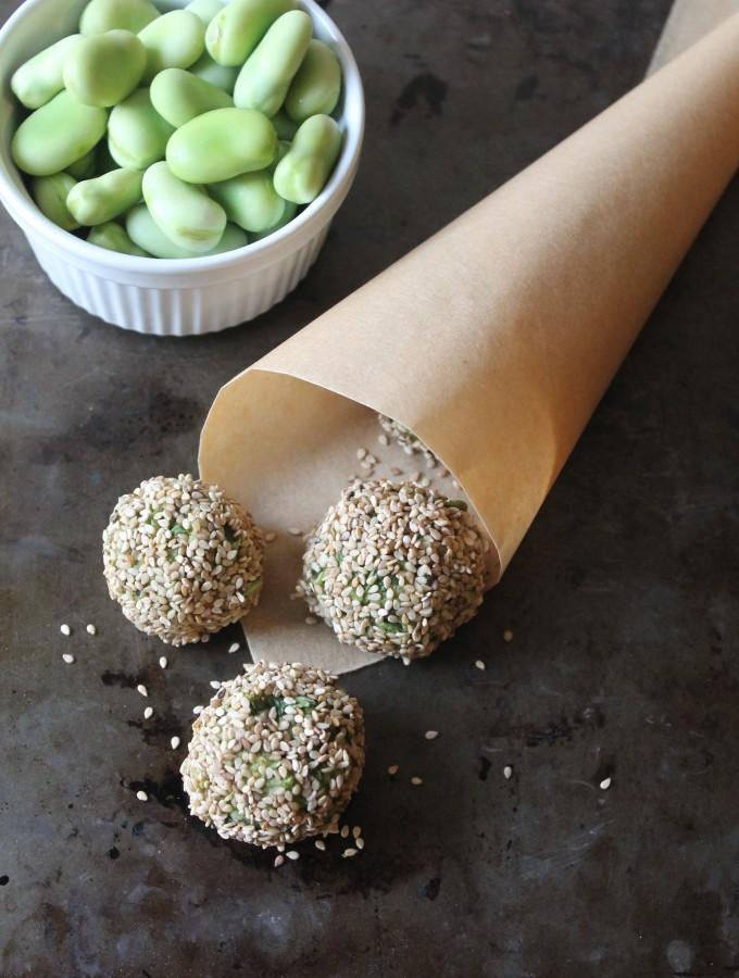 Finger food – Polpette di fave e rucola in crosta di sesamo