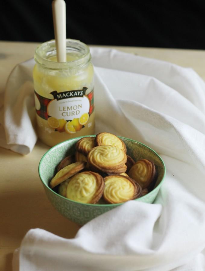Biscotti di pasta frolla montata farciti con lemon curd