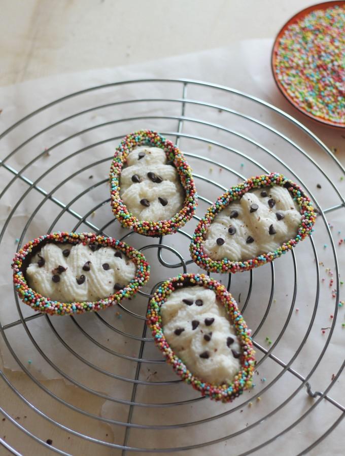 Ovetti di cioccolato fondente ripieni di mousse alla pera