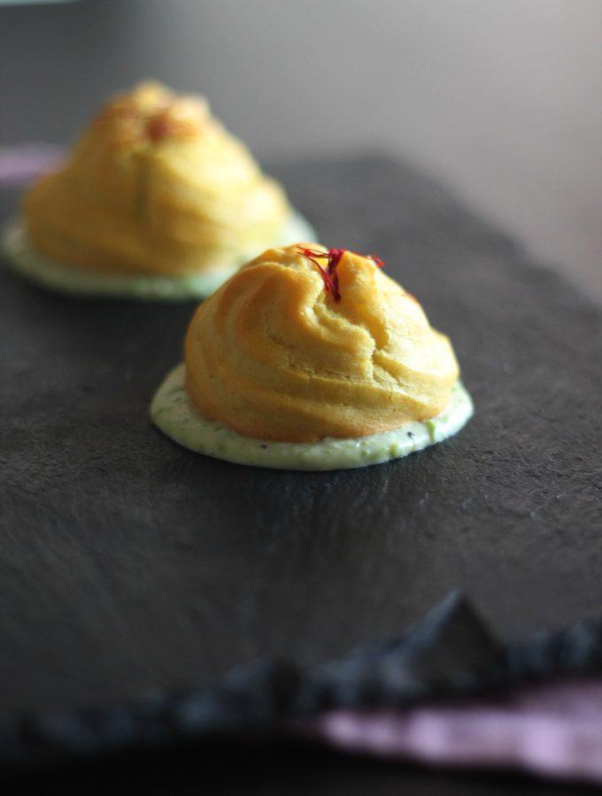 Bignè allo zafferano con persico e capperi su salsa di Bagoss