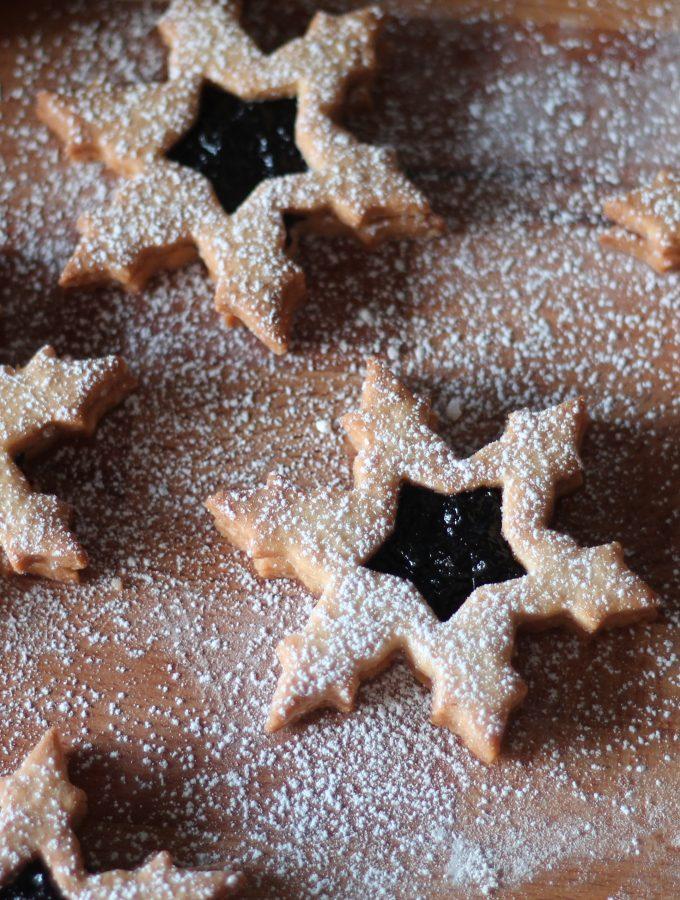 Biscotti cristallo di neve con confettura di mirtilli