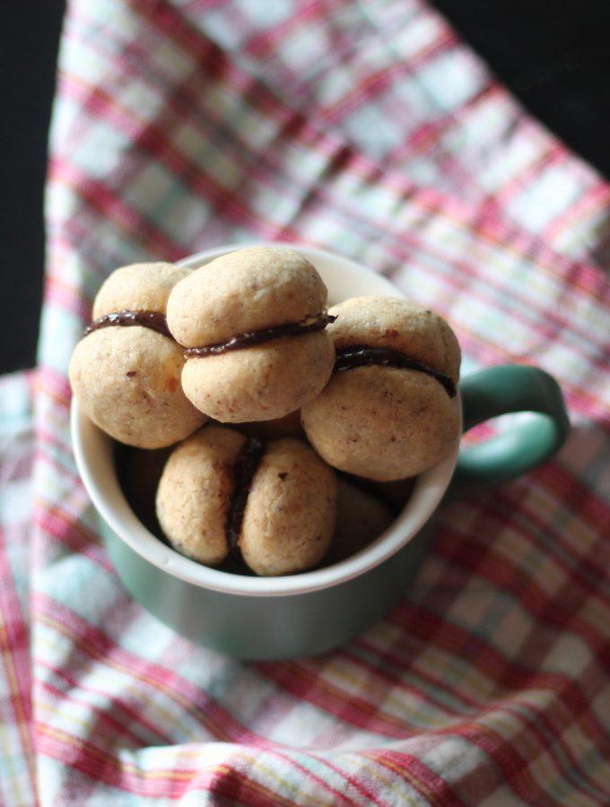 Baci di dama con crema al cioccolato fondente