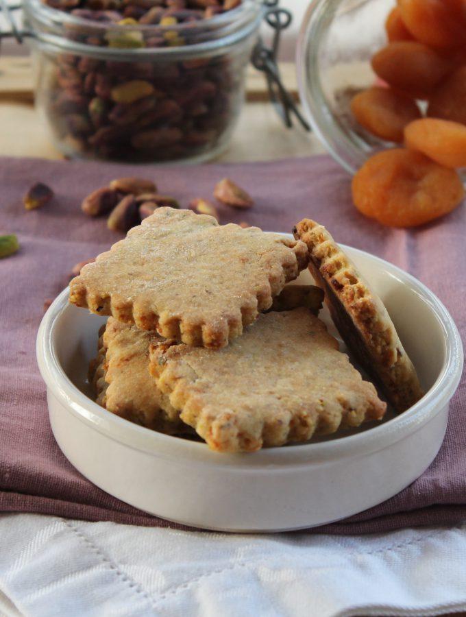 Biscotti di frolla con pistacchi e albicocche secche
