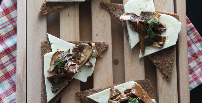 Crostini di pane di segale con primo sale e funghi al timo