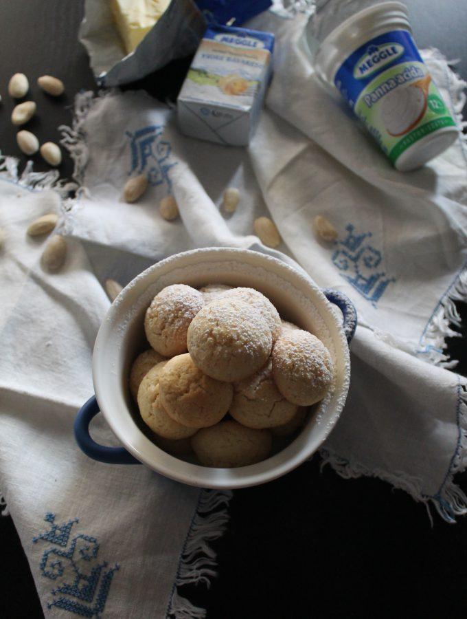 Biscotti al burro con panna acida e mandorle