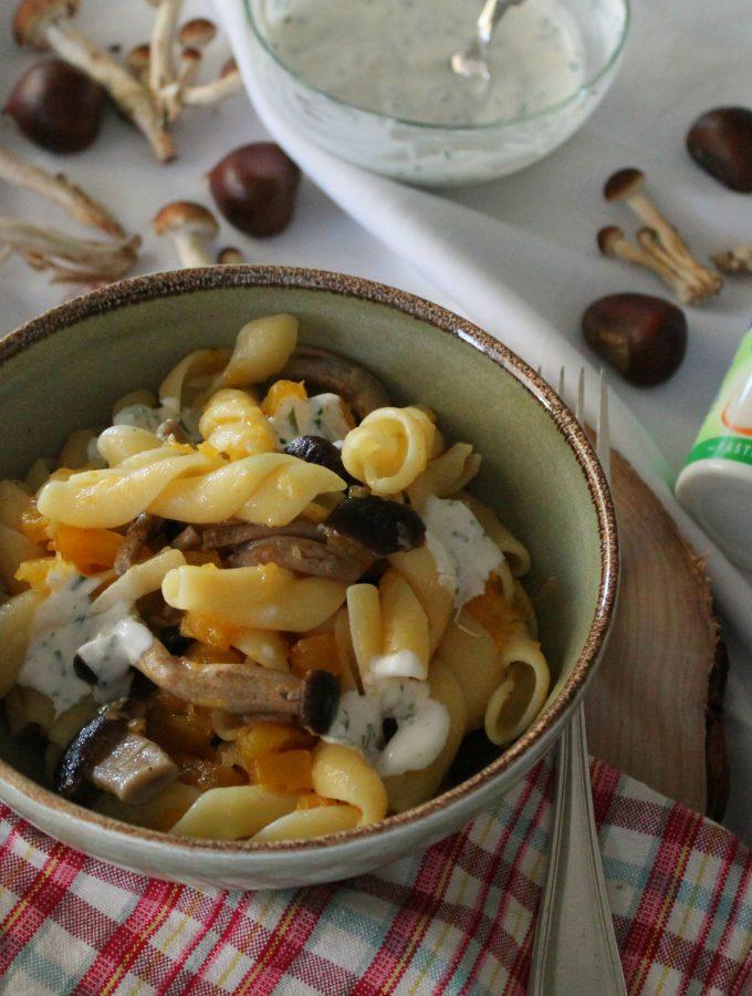 Pasta con zucca funghi e panna acida all'erba cipollina